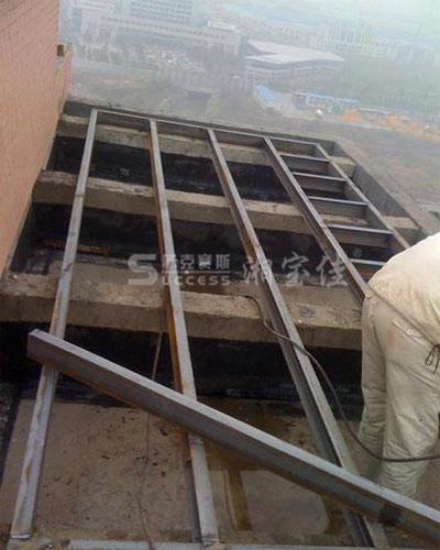 现场对水箱槽钢基础进行