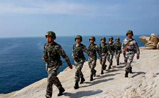 边防战士,巍峨地驻防在南海的边缘,无疑为南海西沙群岛增添了一道亮丽